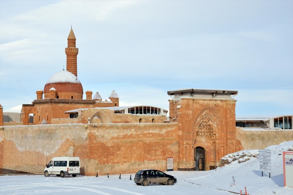 Gelinliğini giyen İshak Paşa Sarayı büyülüyor 3