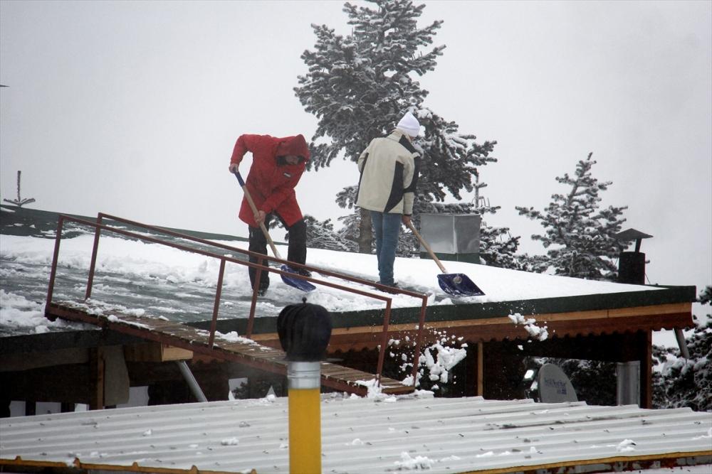 Uludağ'ın ziyaretçilerine baharda kar sürprizi 1