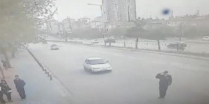 Akıl almaz kaza! Valiye selam veren polise araba çarptı!