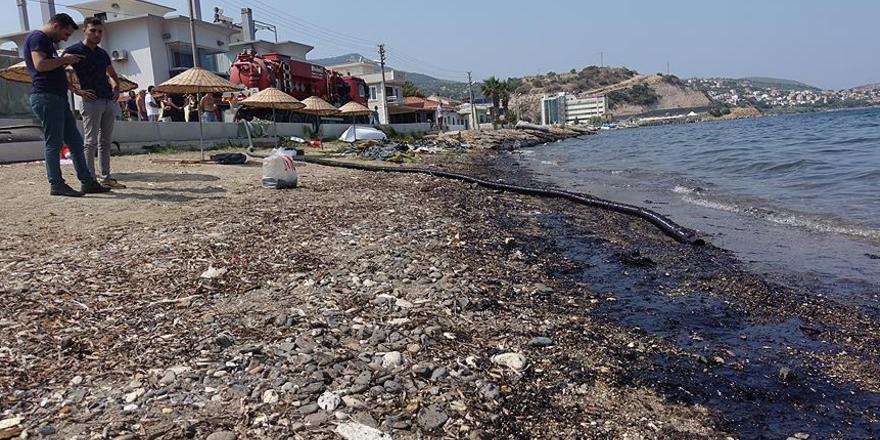 Foça'daki akaryakıt sızıntısını temizleme çalışmaları bitti