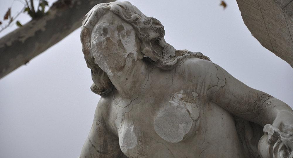 Cezayir'in Setif kentinin simgesi olan kadın heykeline çekiçli saldırı