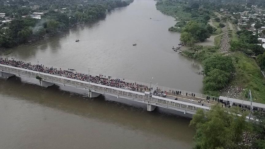 Mahsur kalan göçmenler yüzerek Meksika sınırını geçiyor