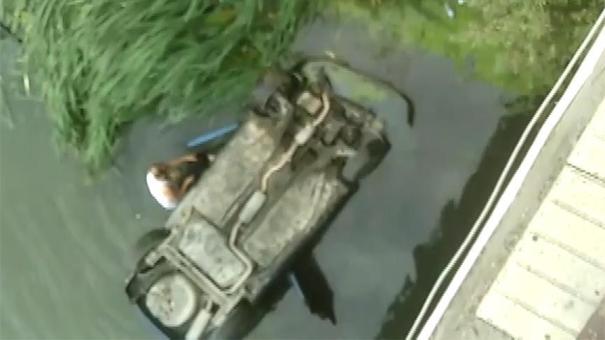 Nehre düşen araçtaki aileyi kurtardı