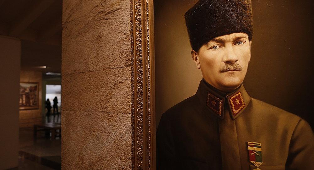 'Öğretmen 'Hain hain bana bakıyor' diyerek Atatürk fotoğrafını indirtti' iddiası