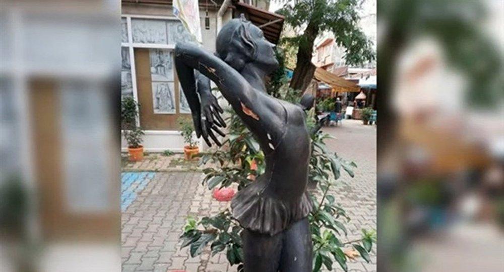 Türkiye'nin ilk balerininin heykeline tecavüz girişimi