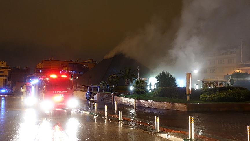 Bursa kent merkezinde bulunan AVM'de akşam saatlerinde yangın çıktı