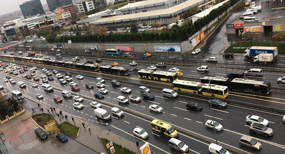 Metrobüs arızalandı: Yolcular E-5 üzerinde yürüdü