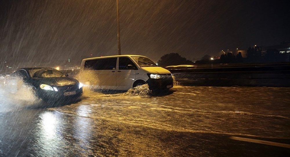 Meteorolojiden 'çok kuvvetli' sağanak yağış uyarısı