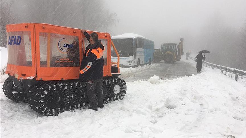 Karda mahsur kalan 2 otobüsteki 75 yolcu kurtarıldı