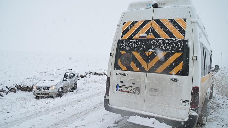 Ağrı'da servis minibüsü ile otomobil çarpıştı: 23 yaralı