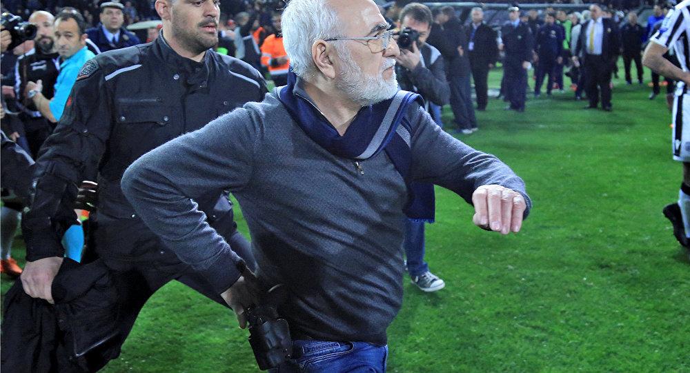 Sahaya silahla giren başkan futboldan men edildi