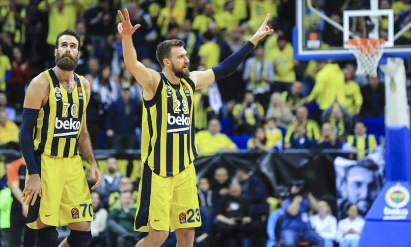 Fenerbahçe 17 galibiyetle liderliğini sürdürdü