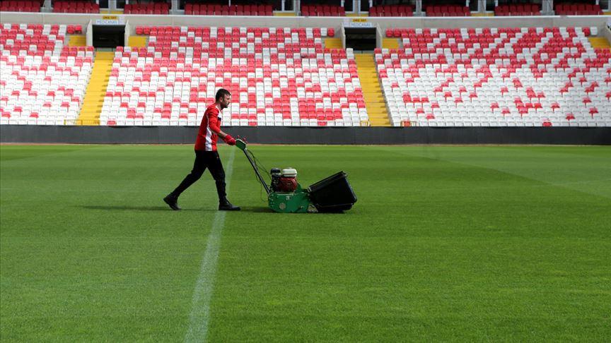 Kupa finalinin oynanacağı stadın çimlerine hassas bakım