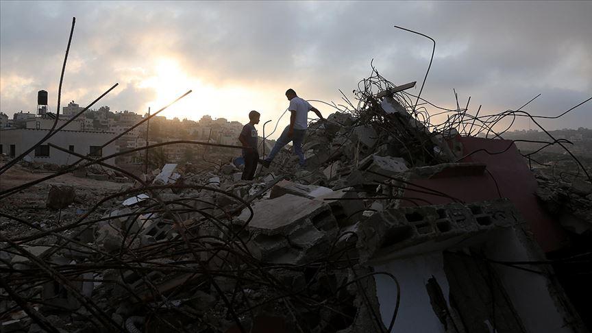 İsrail Filistinli aileye evini kendi elleriyle yıktırdı