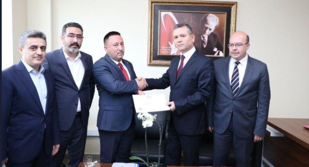 YSK kararıyla Bağlar'da belediye başkanı seçilen AK Partili Beyoğlu mazbatasını aldı