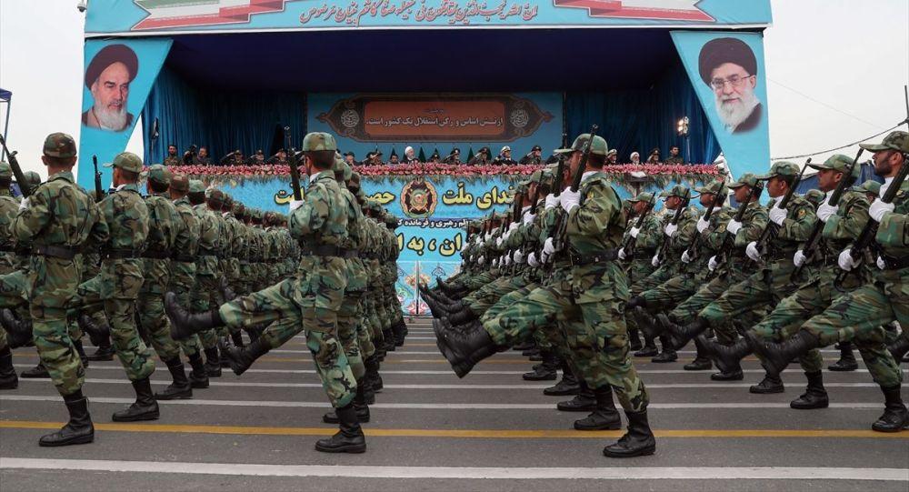 İran ordusu ülke genelinde geçit töreni düzenledi