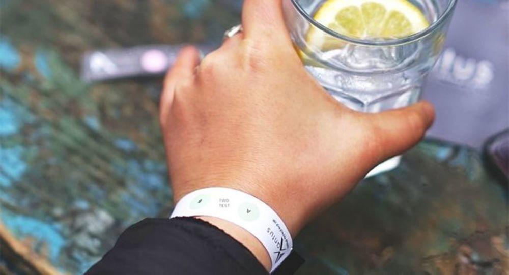 Almanya'da arkadaşı tecavüze uğrayan genç kadın içkiye ilaç atılıp atılmadığını ölçen bileklik geliştirdi