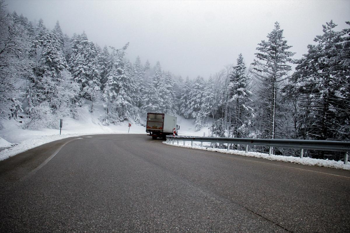 Uludağ'ın ziyaretçilerine baharda kar sürprizi (FOTO GALERİ)
