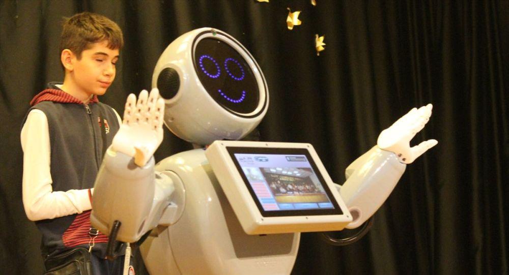 Konya'da tasarlanan 'Mini Robot ADA': Ben Robot Sofia'dan daha zekiyim