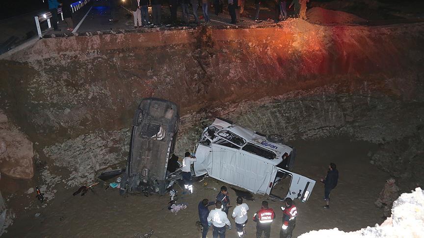 Bayburt'ta iki araç menfez çukuruna düştü: 8 ölü