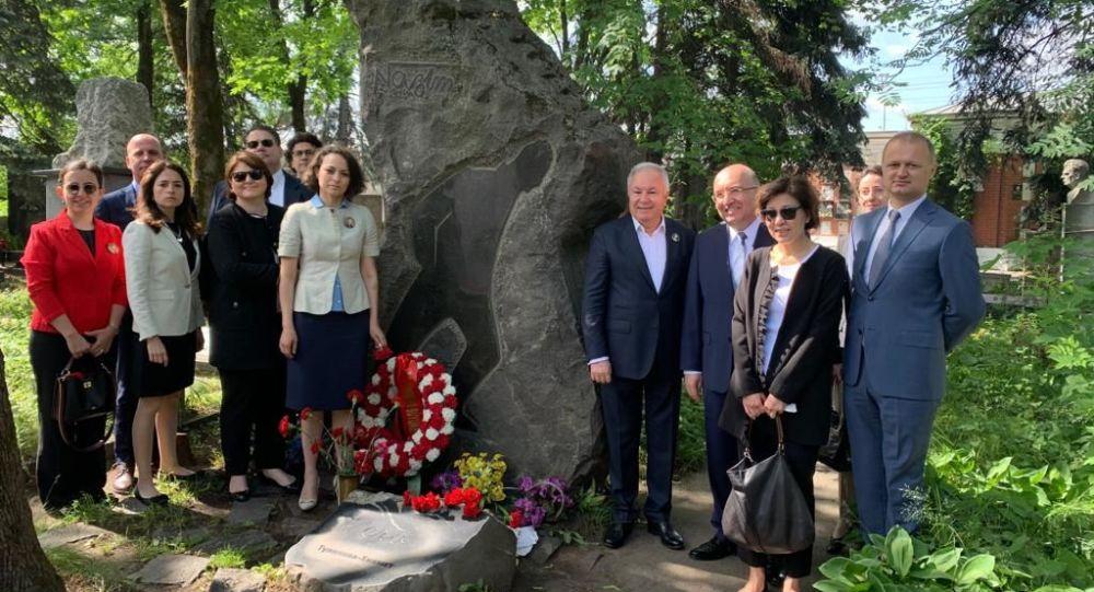 Nazım Hikmet ölümünün 56. yılında Moskova'da mezarı başında anıldı
