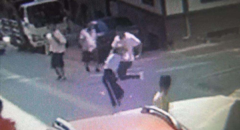 Apartman önünde oynayan 5 yaşındaki çocuğu ve onu kurtarmaya gelen ailesini darp ettiler