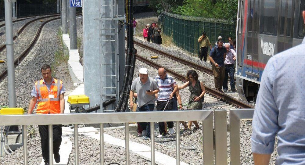 Marmaray arıza yaptı: Kapılar açılmayınca 2 yolcu fenalık geçirdi