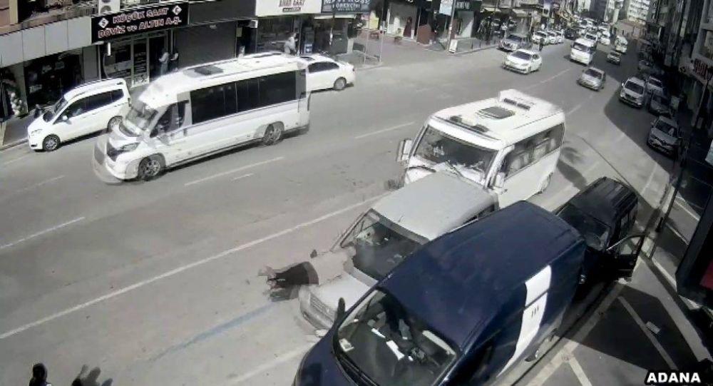Adana'da duran araba adama çarptı