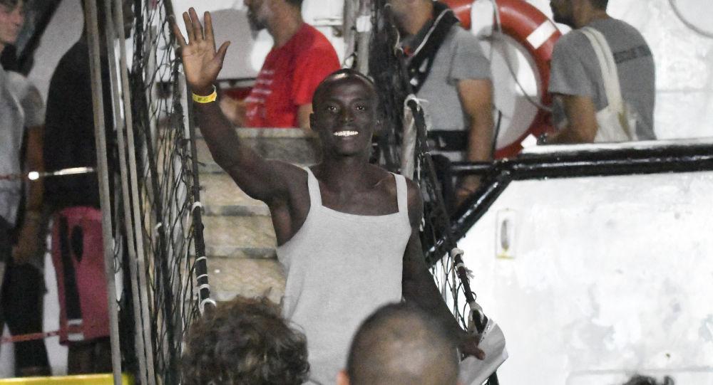 19 günlük kabus sonunda bitti: İtalya açıklarında bekletilen mülteciler karaya çıktı