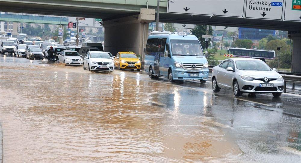 İstanbul'da beklenen yağış başladı: Anadolu yakasında su taşkınları meydana geldi
