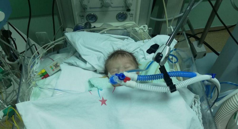 12 günlük bebeğe yapay damar takıldı