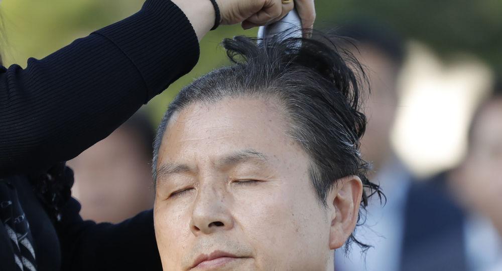 Adalet bakanının istifasını isteyen muhalefet lideri saçını kazıttı