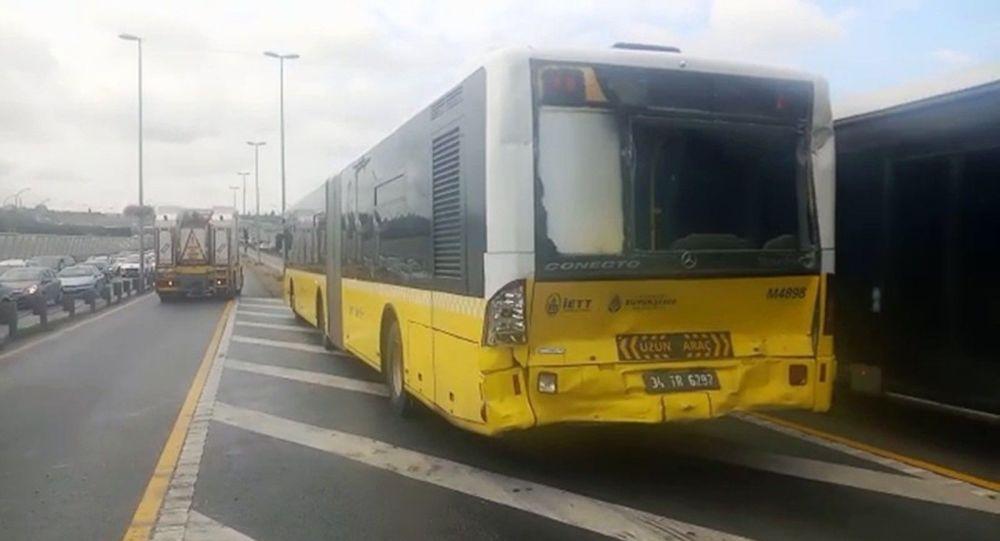 İstanbul'da iki metrobüs çarpıştı: 3 yaralı