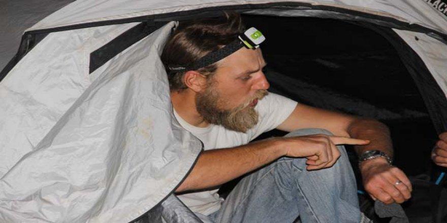 Şanlıurfa'da boş araziye çadır kuran Fransız turist mahalleyi ayağa kaldırdı!