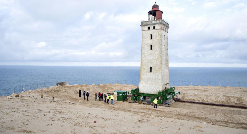 Danimarka'da 120 yıllık deniz feneri tekerleklerle taşınıyor