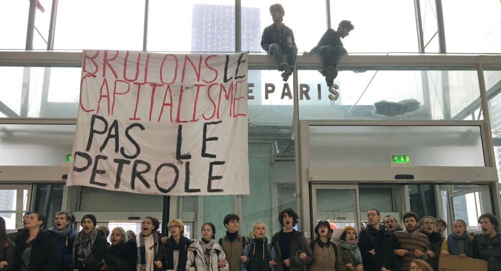 Avrupa'da 'Kara Cuma' protestoları: Kapitalizmi yakalım, benzini değil