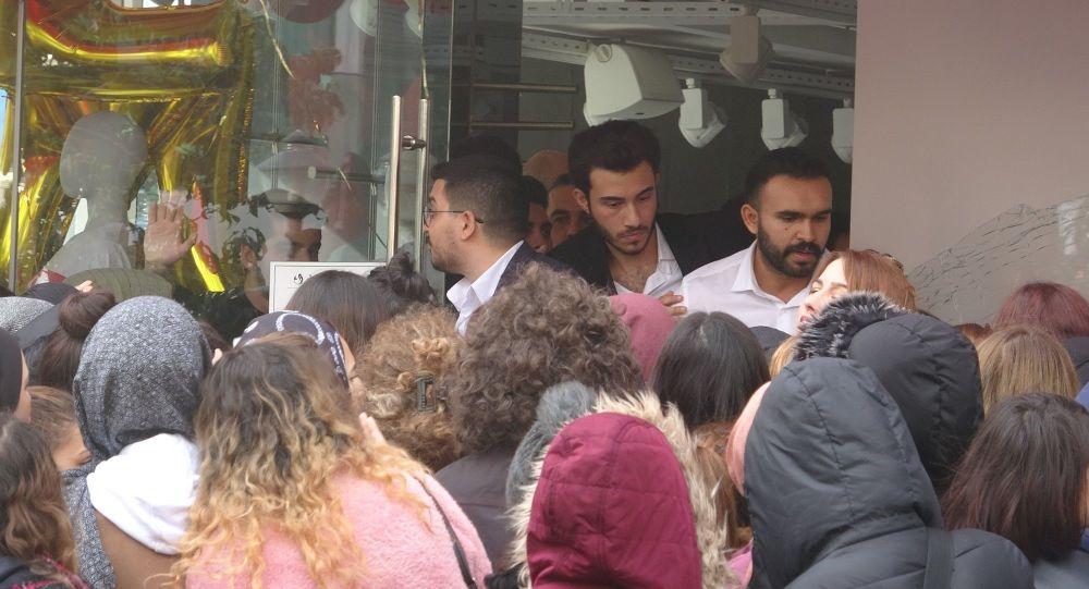 İstanbul'da 'Kara Cuma' izdihamı: 3 yaralı