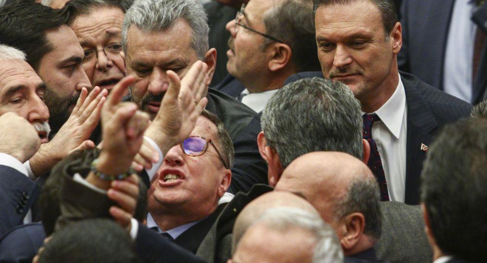 Meclis'te AK Parti ve CHP'li vekiller arasında kavga çıktı