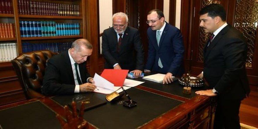 Cumhurbaşkanı imzaladı: O anlar resmi twitter hesabından paylaşıldı!