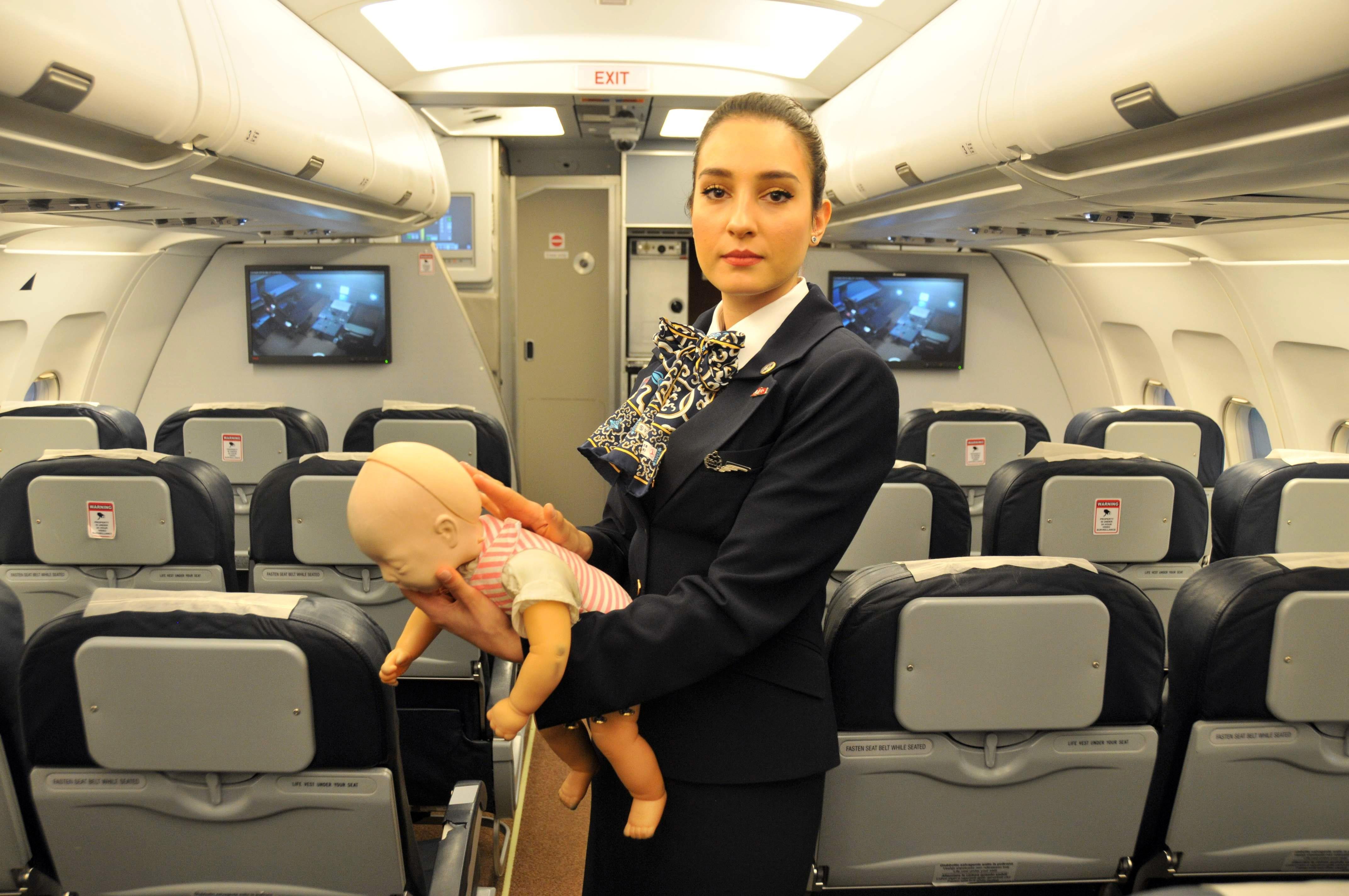 Kabin memuru uçakta 7 aylık bebeğin hayatını kurtardı