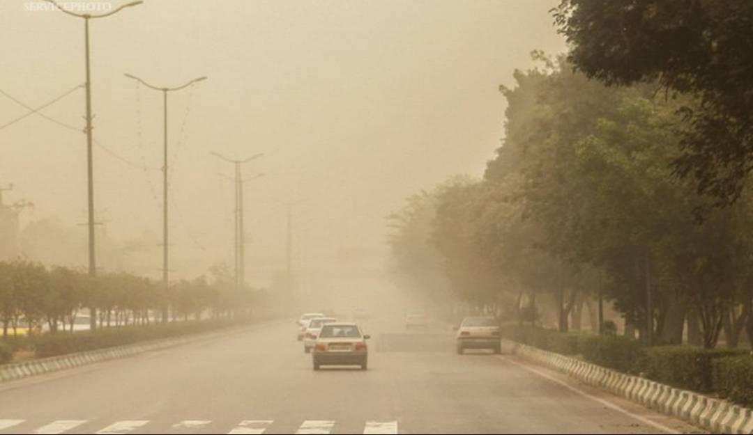 İran'da toz bulutundan göz gözü görmüyor