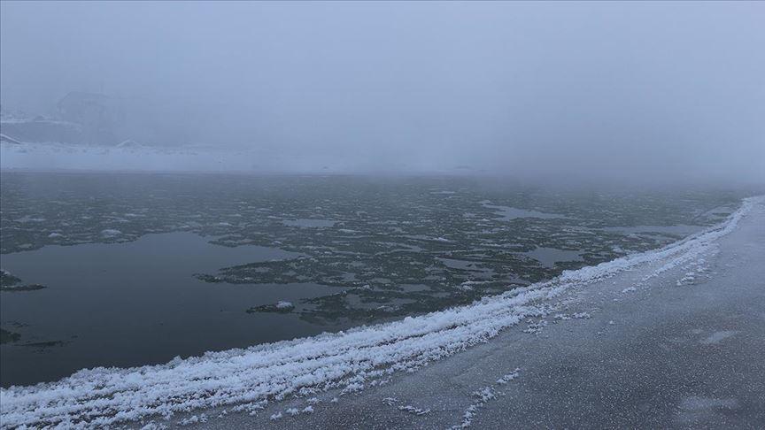 Murat Nehri buzla kaplandı