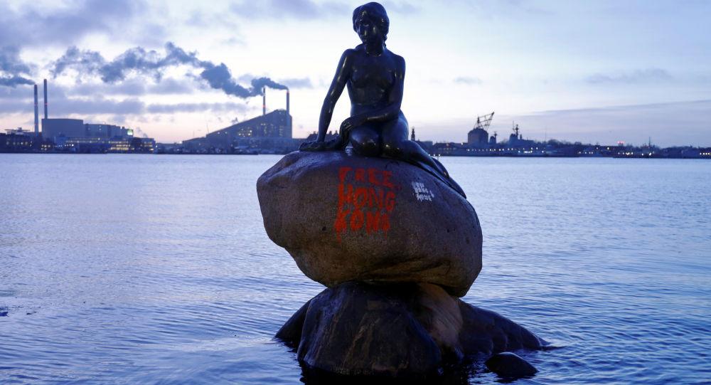 Kopenhag'ın sembolü Küçük Deniz Kızı heykelinin üzerine 'Özgür Hong Kong' yazıldı