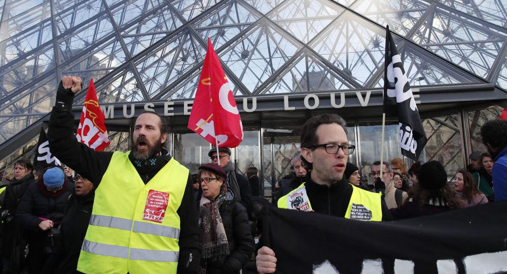 Fransa'da grev yapan işçilerin maaşı kesilecek