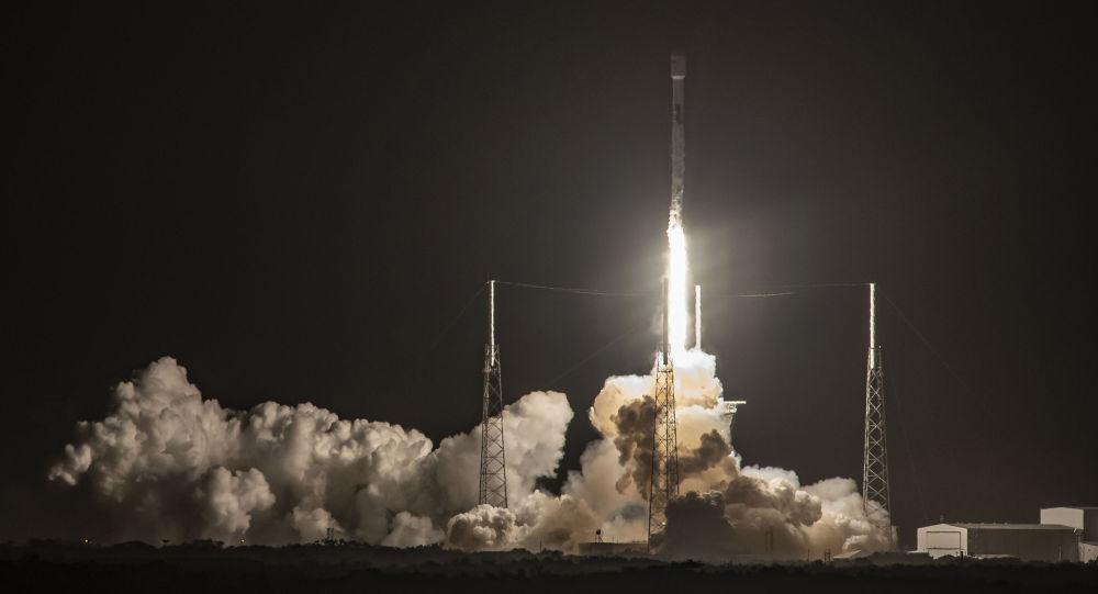 SpaceX, astronotlu uçuşlara başlayabilmek için gerekli 'acil durum kaçış sistemi'ni başarıyla test etti