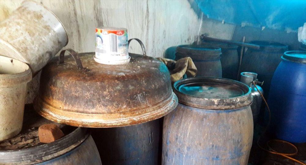 Adana'da imalathaneye dönüştürülen evde 2 bin 310 litre sahte içki ele geçirildi