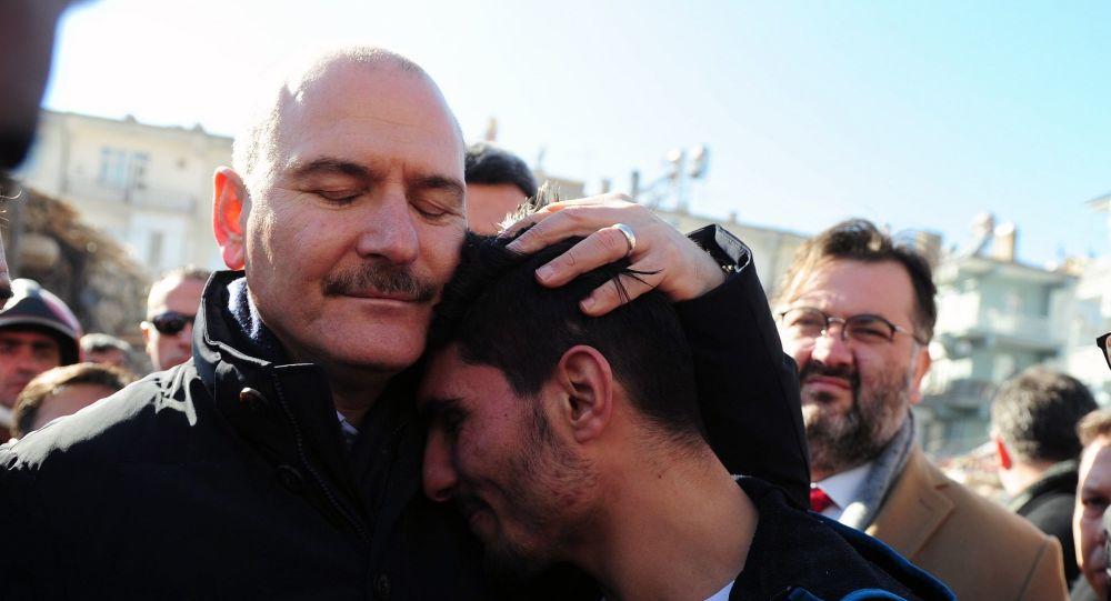 Soylu depremzedeleri enkazdan çıkaran SuriyeIi Mahmud'a teşekkür etti
