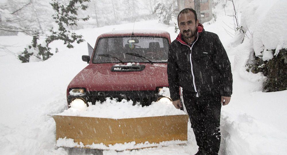 Rizeli muhtar, kapanan karlı köy yollarını kendi aracıyla açıyor