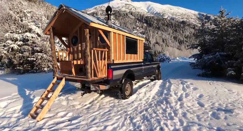 Alaskalı adam kamyonetini eve dönüştürdü