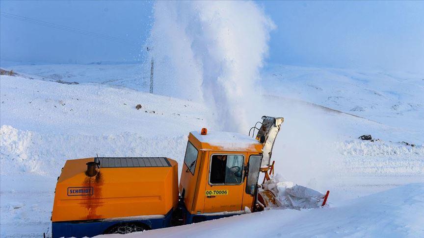 Aras Dağları'nın 'kar kaplanları' köy yollarını açık tutmak için gece gündüz çalışıyor